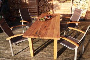 Tisch von Matthias Kroth im Aussenbereich