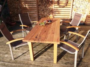 Tisch von Matthias Kroth im Außenbereich